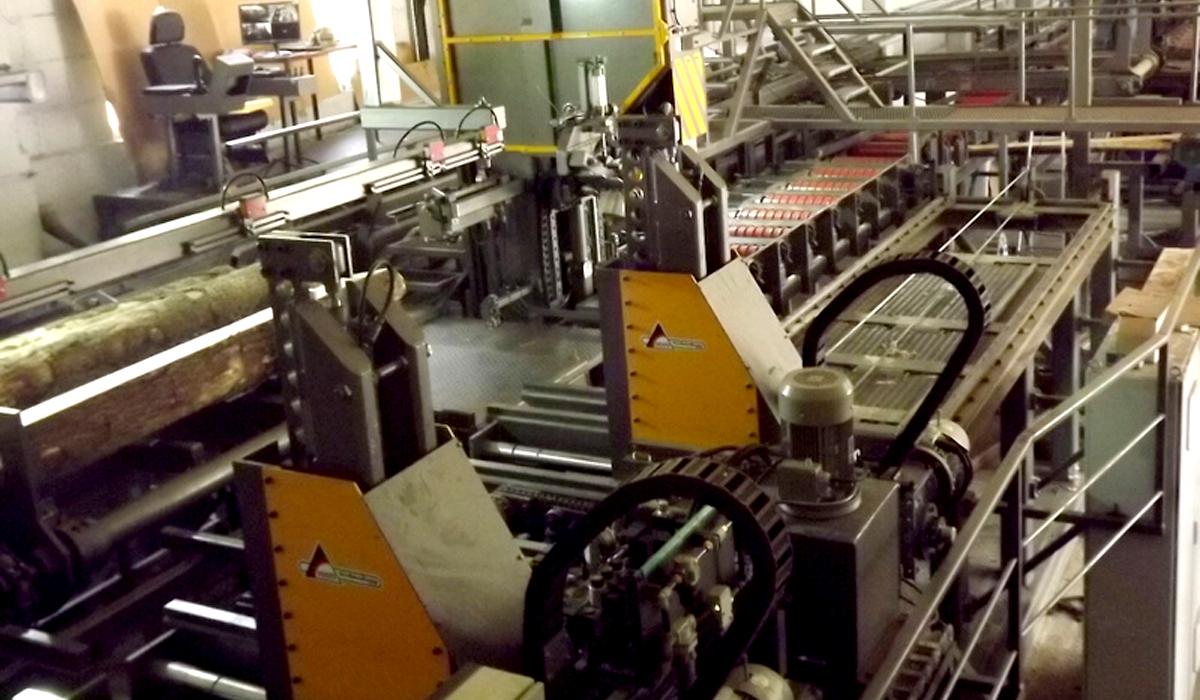Производительность лесопильного цеха от 80 м. куб. бревен в смену. Вертикальные ленточнопильные станки VESTO с кареткой и шириной пильной ленты 180 мм, совмещенные с фрезерно-брусующим станком и обрезным оборудованием.